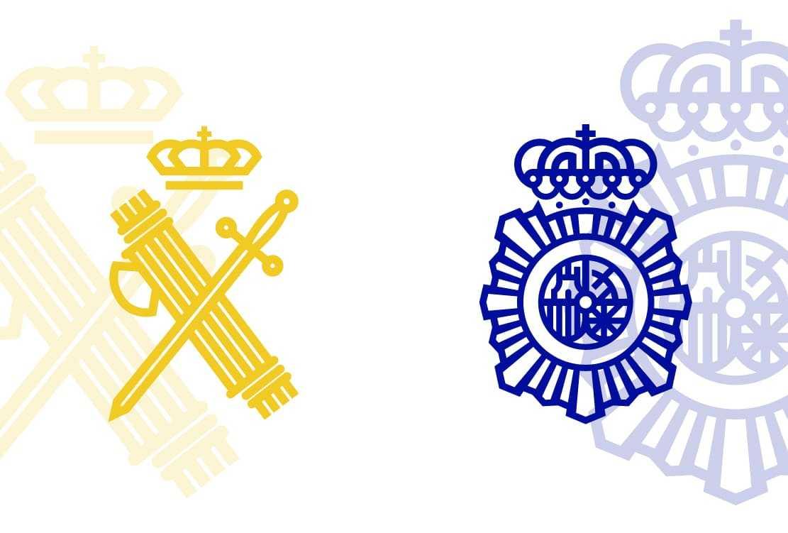 Imagen de las insignias de la Guardia Civil y Policía Nacional.